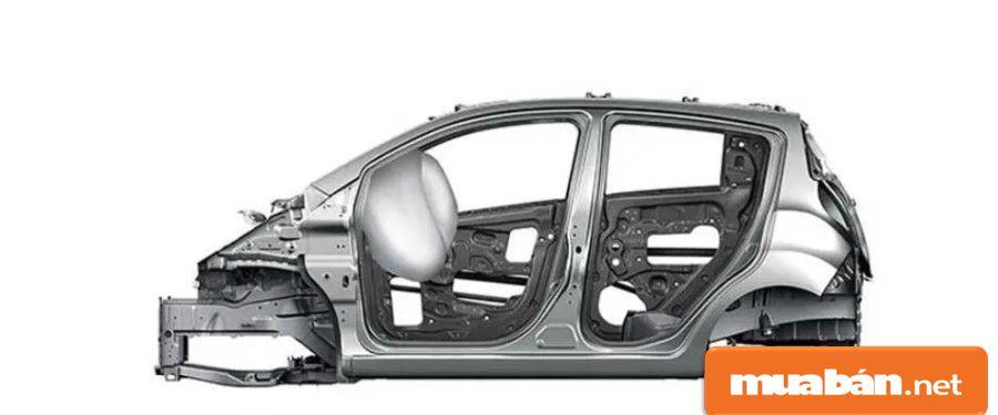 Khung xe được thiết kế vững chắc nhờ thép cường lực kết hợp các thanh gia cường ở gầm và khung cửa.
