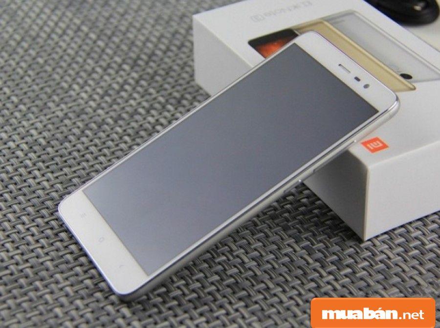 Thiết kế nguyên khối kim loại từ nhôm là một điểm nhấn mạnh và nổi bật trên thiết bị giá rẻ này.