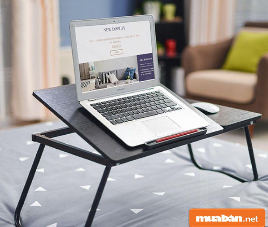 Bàn laptop được làm từ nhiều vật liệu khác nhau, nhưng thường được kết hợp giữa gỗ với kim loại.