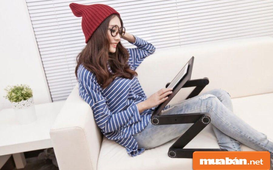 Sử dụng bàn laptop giúp bạn có thể điều chỉnh được nhiều tư thế sử dụng máy khác nhau một cách thoải mái nhất.