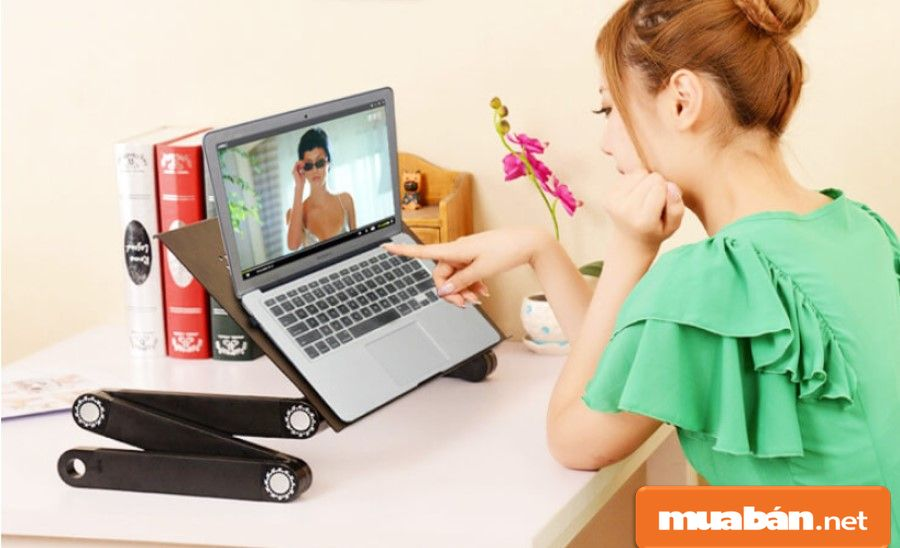 Với sự hỗ trợ của bàn laptop, giúp bạn sử dụng máy tính thoải mái, dễ chịu hơn.