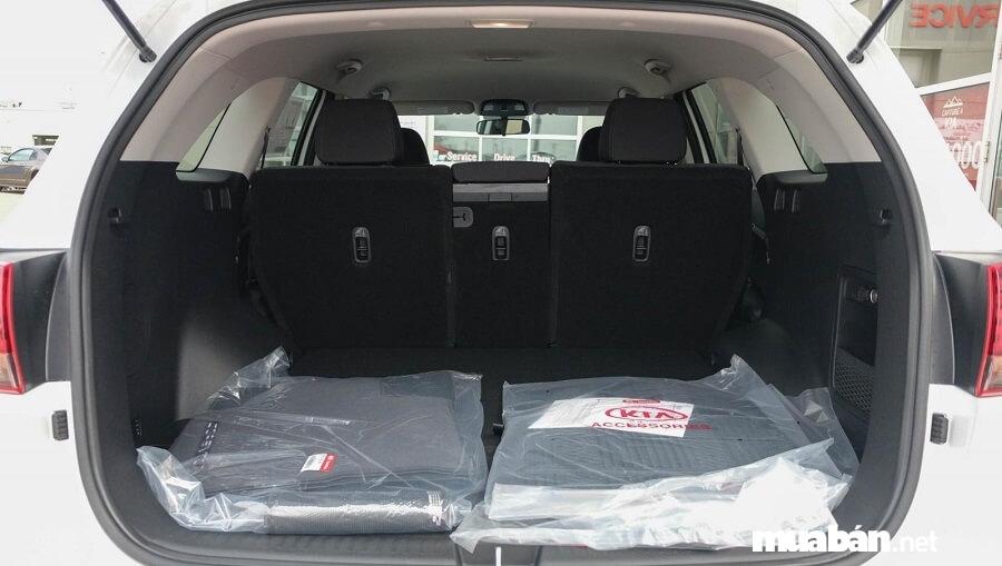 Cốp xe rộng rãi, có thể chứa được nhiều vật dụng hữu ích cho chuyến du lịch gia đình.
