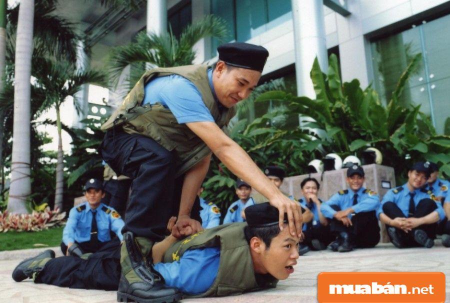 Bảo vệ là những người phải có sức khỏe tốt và được trải qua các ớp huấn luyện.
