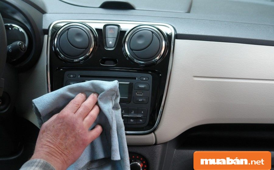 Bạn hãy lau khô các chi tiết trong xe trước khi sử dụng máy sấy khô trong 1 tiếng - 1,5 tiếng.