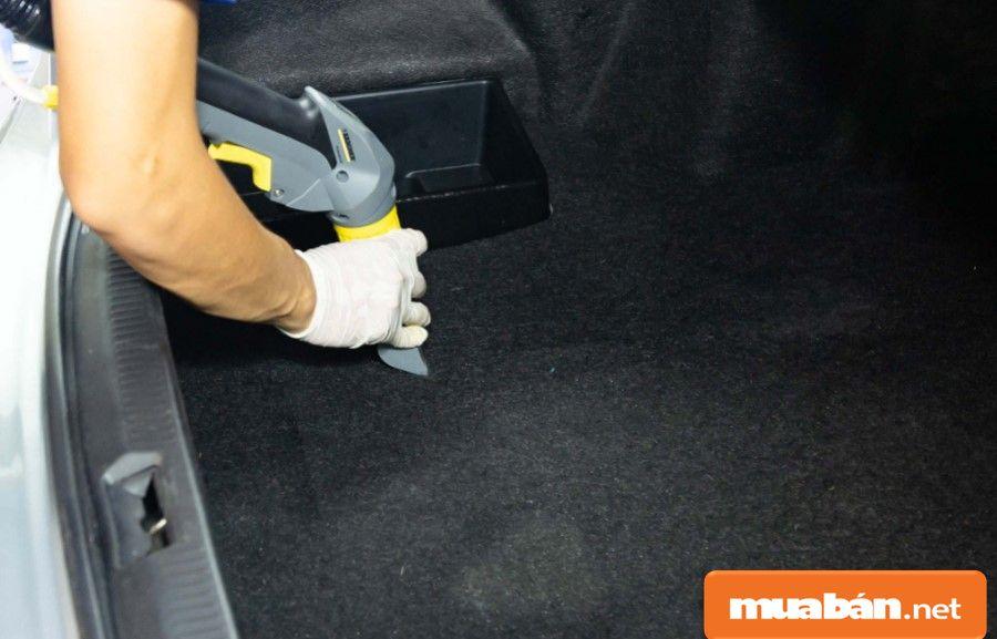 Các tấm ốp cốp xe cũng phải làm sạch và cũng nên chú ý ở zoăng cốp xe.