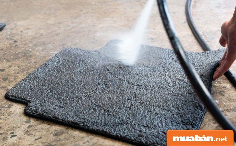 Thảm lót sàn thì nên lấy ra và giặt sạch rồi thực hiện sấy khô.