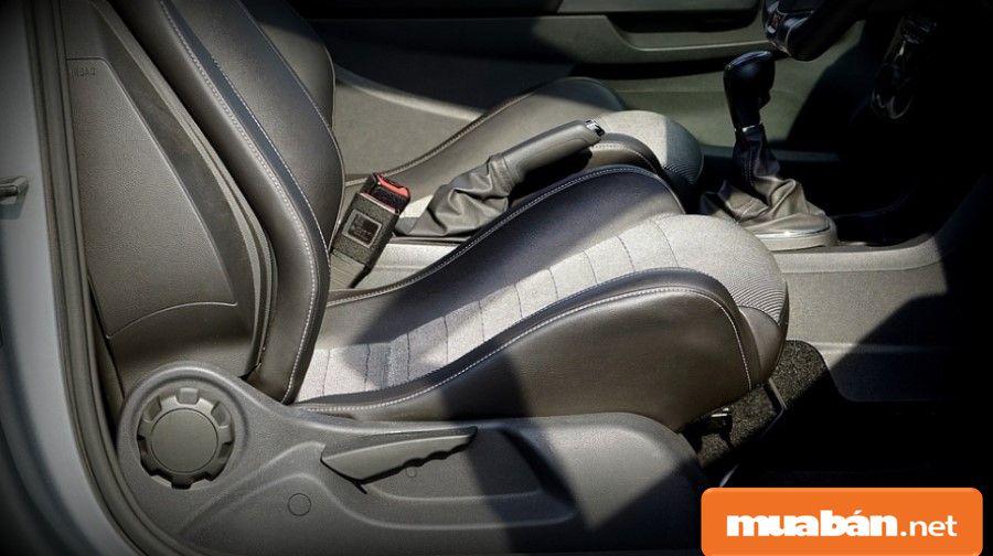 Môi trường khí hậu Viêt Nam ảnh hưởng khá nhiều đến tình trạng các chi tiết nội thất bên trong xe hơi.