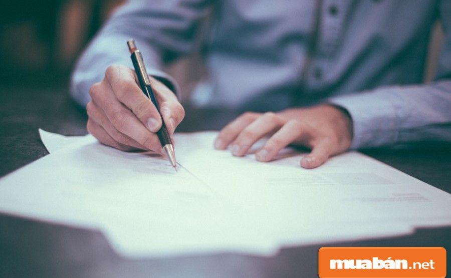 Dù tin tưởng chủ nhà, thì bạn cũng nên đọc kỹ nội dung trong hợp đồng cho thuê trước khi ký.