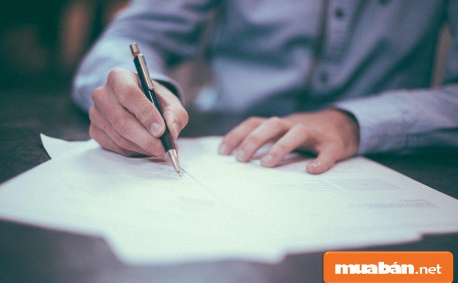 Hãy kiểm tra và đối chiếu các thông tin trong hợp đồng với các giấy tờ liên quan.