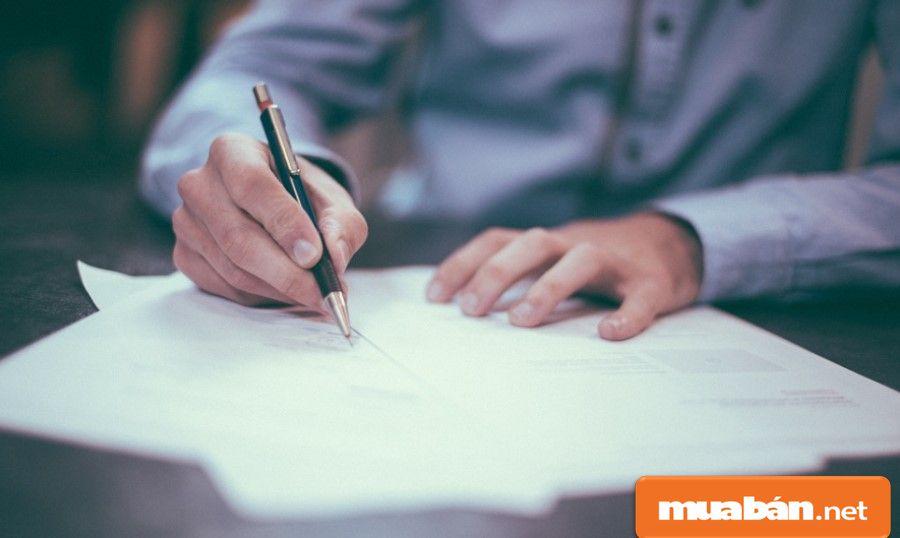 Hãy ký hợp đồng với chủ nhà để bảo vệ các quyền lợi dành cho bạn.