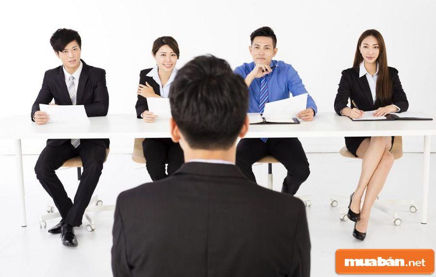 Bạn nên ngồi thẳng lưng, mặt đối mặt mắt nhìn thẳng vào nhà tuyển dụng.