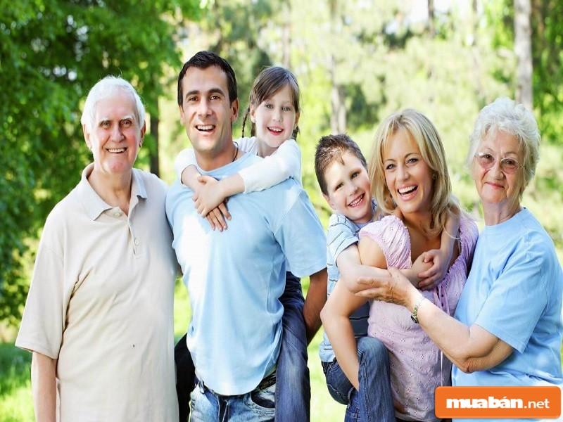 ảnh chụp cả gia đình đang cười vui với nhau