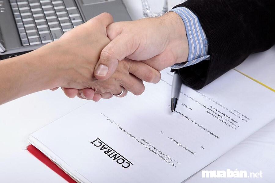 Bạn cần phải nắm rõ tất cả các nội dung ghi trong hợp đồng thuê xe.