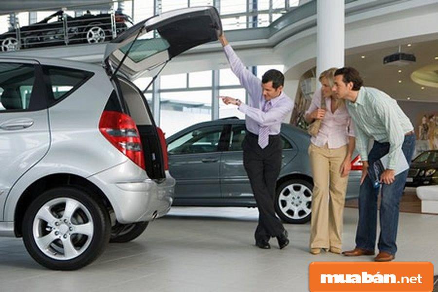 Bạn hãy kiểm tra kỹ năm sản xuất của xe, đời xe để có thể thương lượng giá tốt nhất.