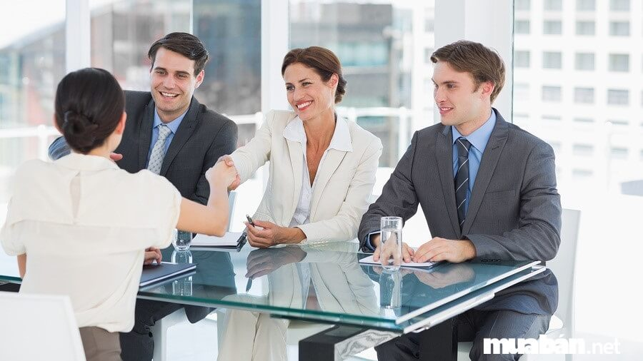 Đến phỏng vấn đúng giờ, ăn mặc lịch sự, bình tĩnh tự tin trả lời đúng trọng tâm câu hỏi,... là bí quyết để phỏng vấn xin việc làm Cần Thơ thành công.