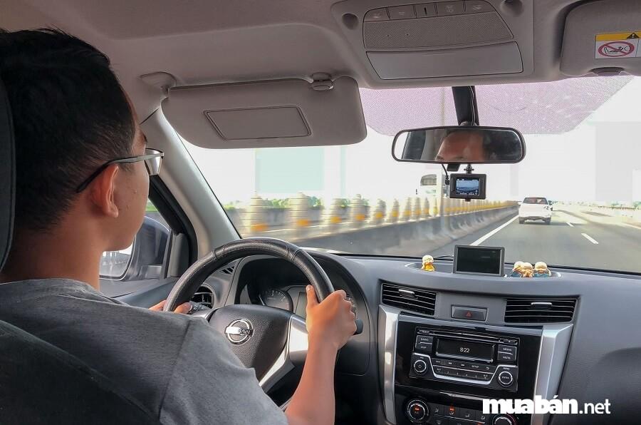 Lái xe thử để đánh giá chất lượng xe trước khi thuê.