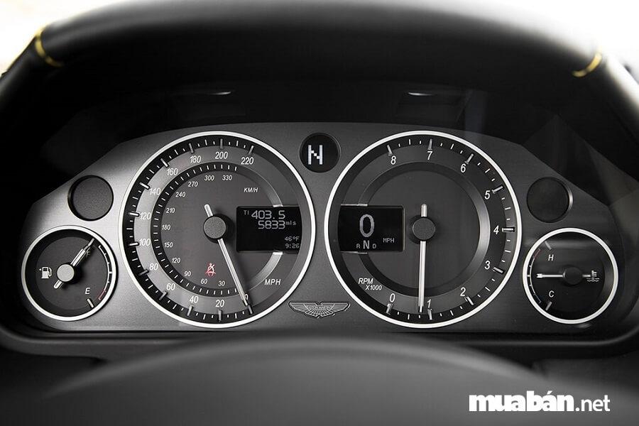 Hãy thử kiểm tra cụm đồng hồ, số km đã đi, tình trạng xăng,...trước khi thuê xe tự lái tphcm nhé.
