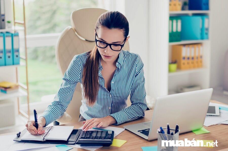 Tinh thần làm việc nghiêm túc và tác phong chuyên nghiệp là điểm không thể thiếu của một nhân viên kế toán.