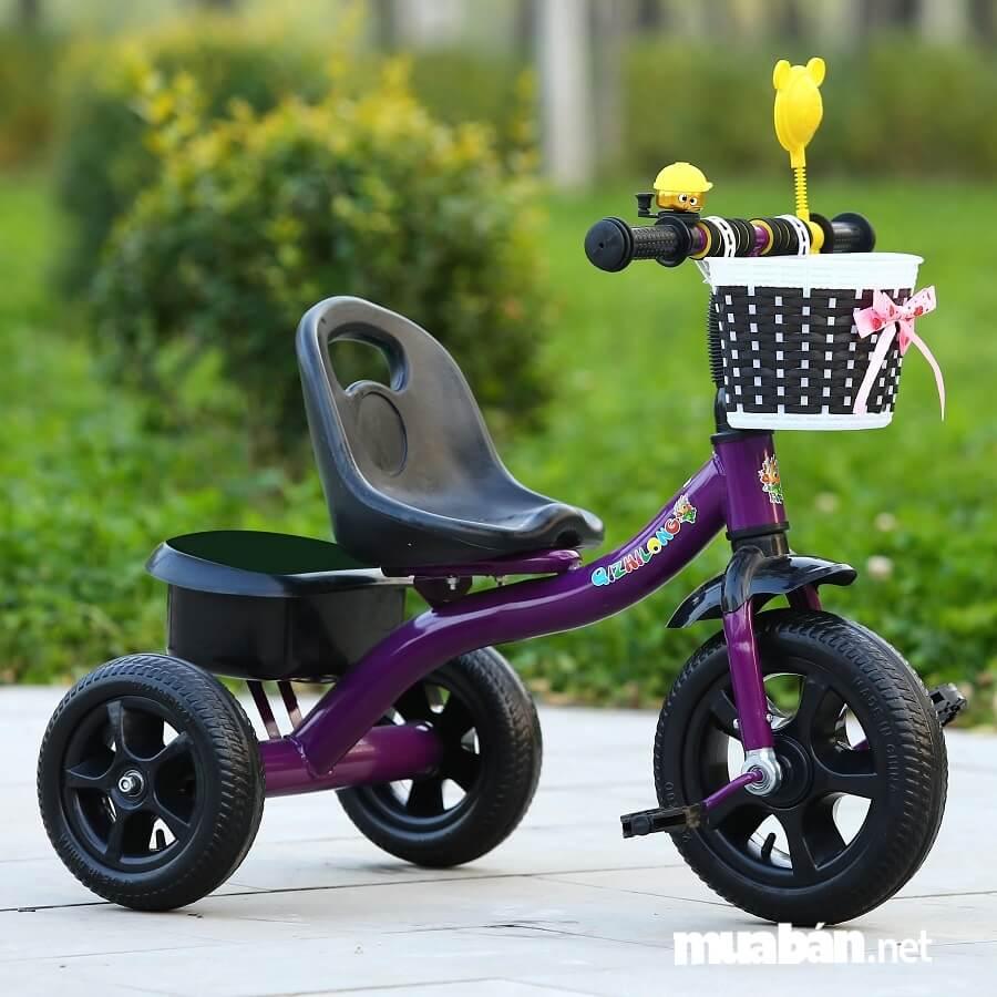 Cha mẹ nên kiểm tra chất lượng của xe xem có an toàn hay gây ảnh hưởng tới sức khỏe của con không.