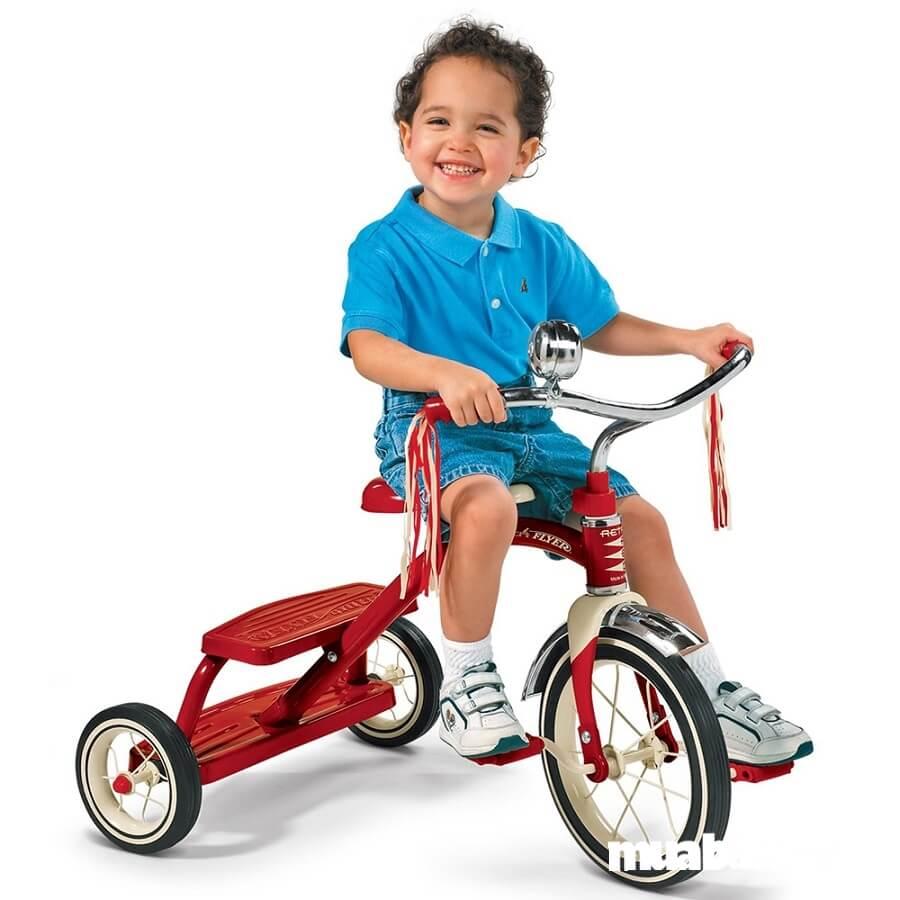 Xe đạp 3 bánh cho bé giúp bé có sự chủ động trong việc làm chủ tay lái và tốc độ di chuyển.