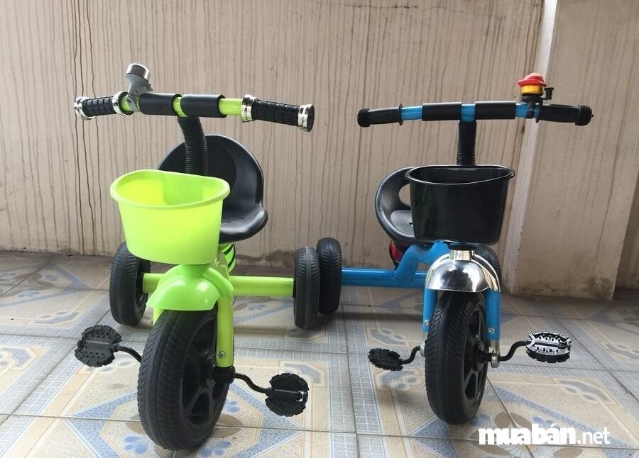 Xe đạp là công cụ hỗ trợ vận động cho bé tập luyện để đôi chân cứng cáp hơn.