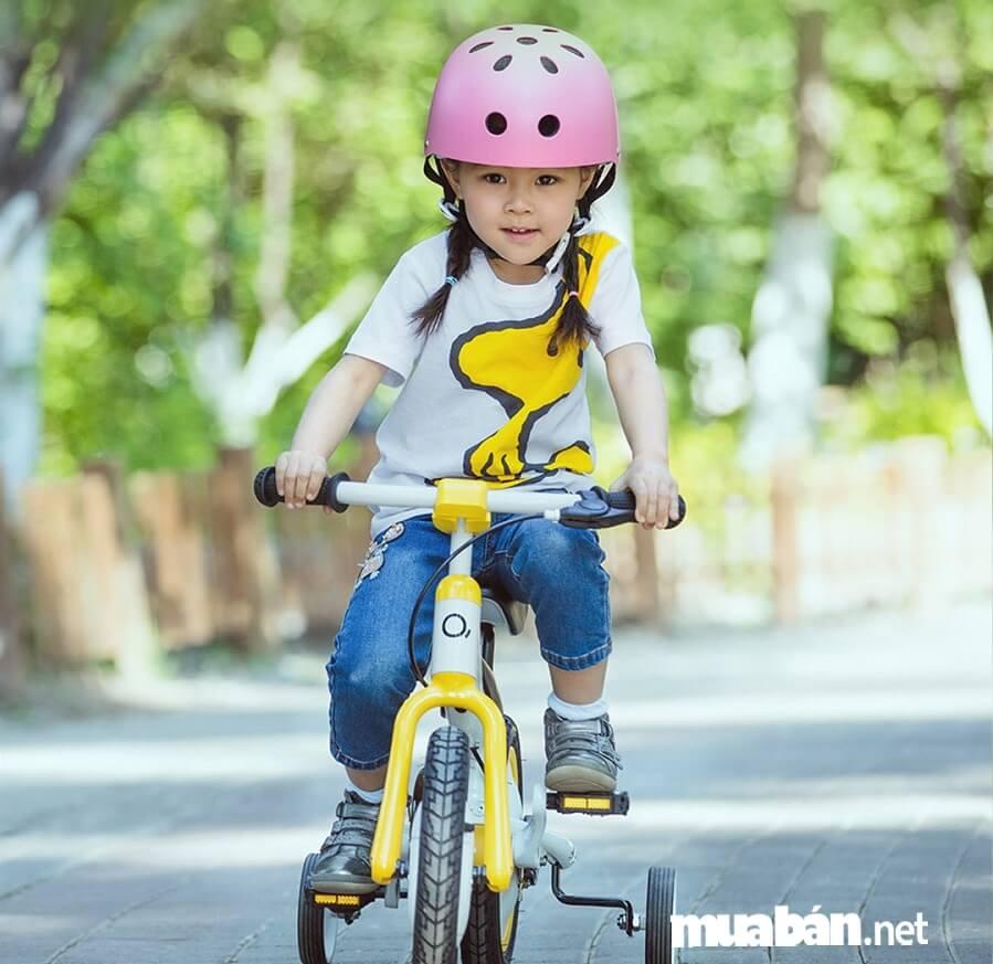 Đạp xe đạp là một trong những hoạt động cần thiết giúp bé được cao lớn và khỏe mạnh hơn.