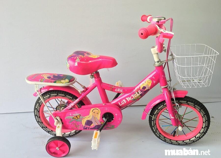 Đối với các bé gái thì nên chọn các xe có màu sắc nền nã, điệu đà.