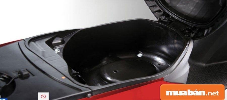 Cốp xe rộng để vừa hai mũ bảo hiểm nửa đầu và chứa được nhiều vật dụng khác.