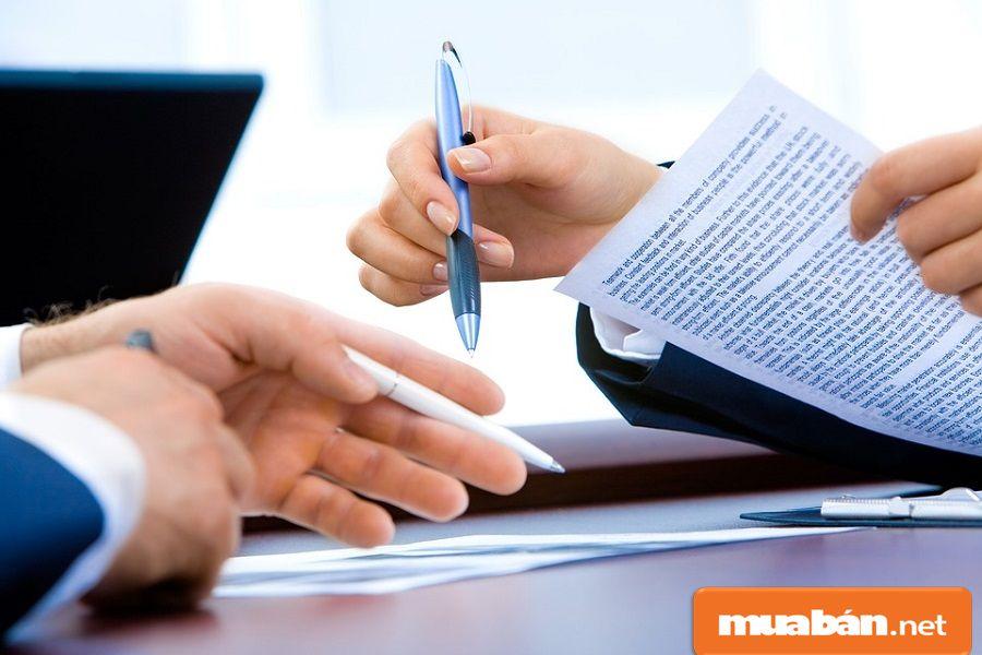 Bạn nên đọc kỹ các thông tin trong hợp đồng, đối chiếu thông tin trước khi ký.