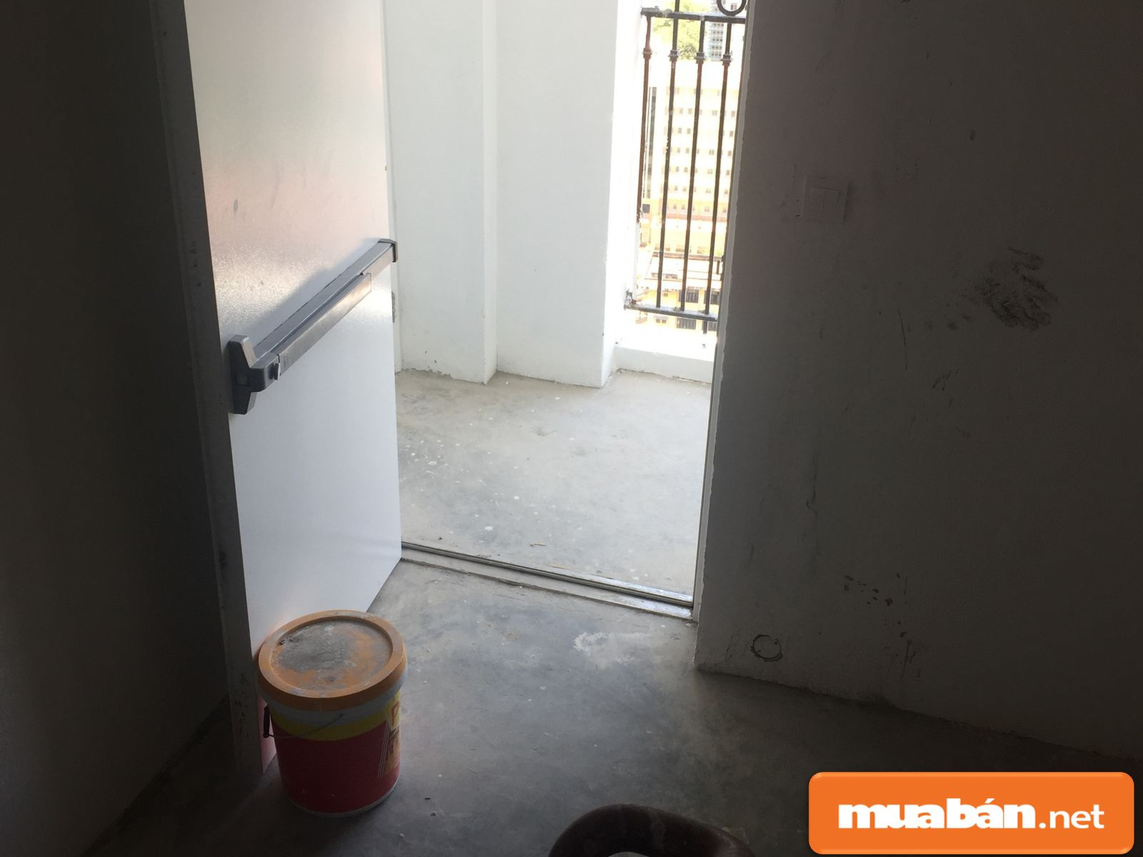 Hình ảnh chụp lối cửa thoát hiểm trong chung cư.