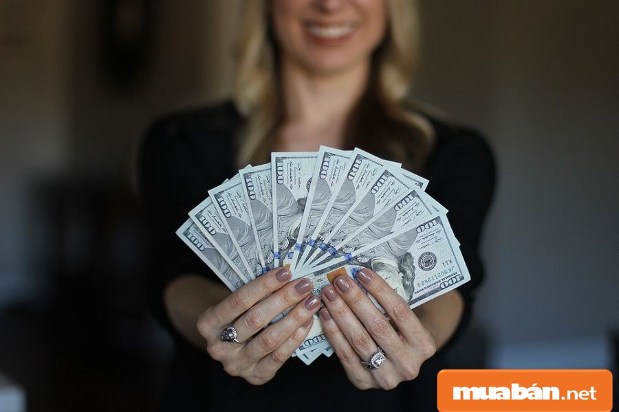 Bạn nên tìm hiểu những thông tin tuyển dụng có ghi rõ mức lương.