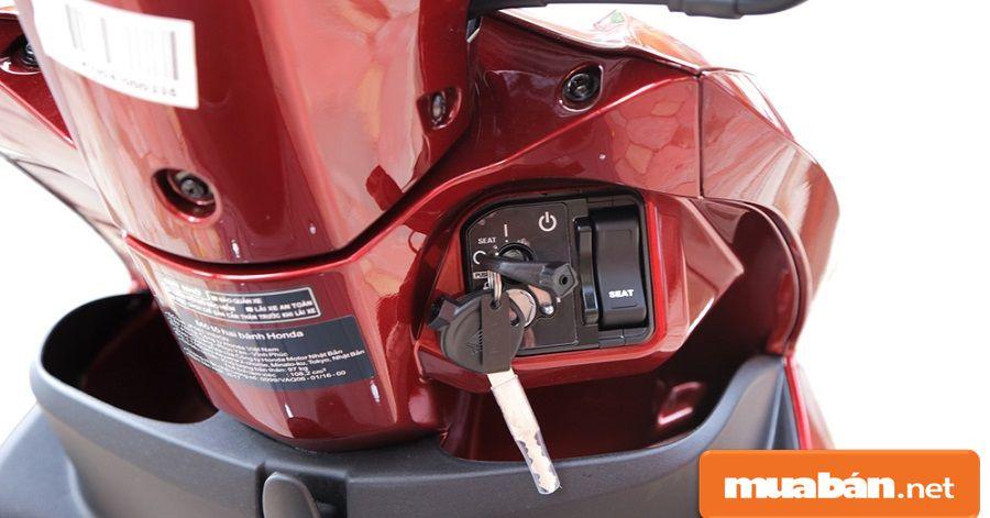 Khóa xe là khóa từ với 3 chức năng, bao gồm khóa điện, khóa chống trộm và khóa cổ.