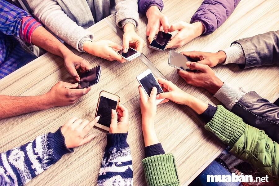 Bạn hãy xin tài khoản mạng xã hội như facebook, zalo,…để tiện tìm hiểu về người bạn của mình.