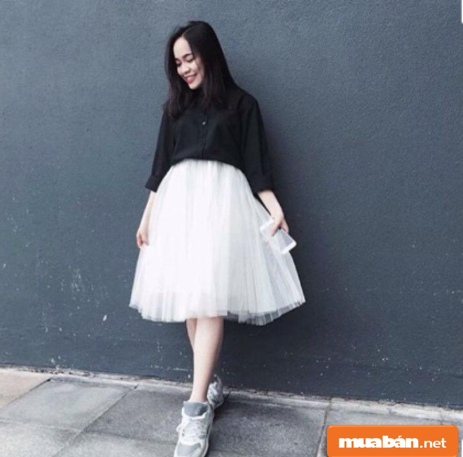 Với chiếc váy này thì bạn cần kết hợp với những chiếc áo càng đơn giản càng đẹp.