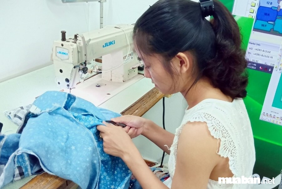 Sự khéo léo của đôi bàn tay người thợ may sẽ làm nên những bộ trang phục đẹp mắt.