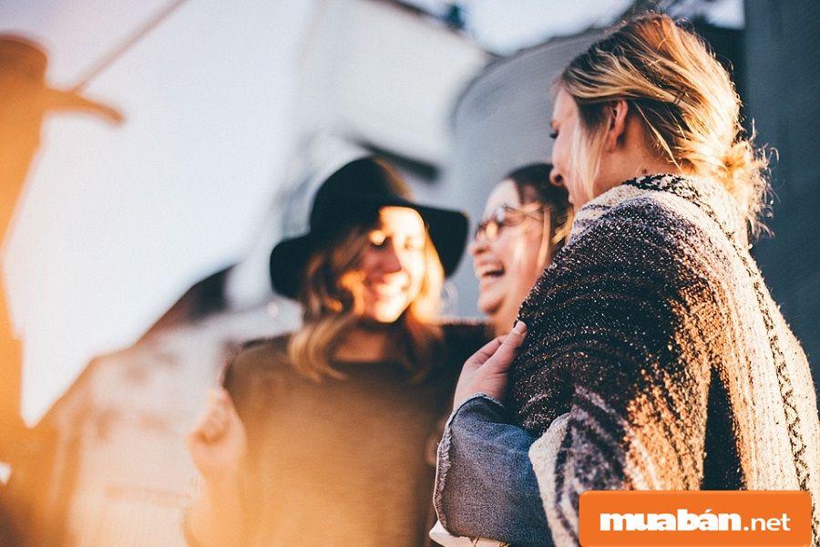 Bạn có thể nhờ những người quen, bạn bè hoặc người thân giới thiệu việc làm cho bạn.