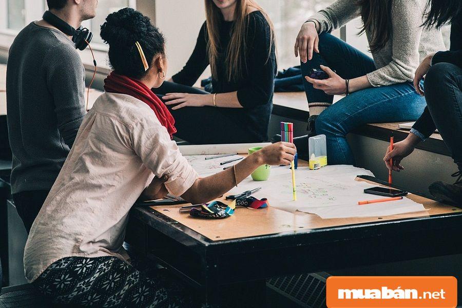 Bạn có thể nhờ bạn bè trong lớp, trường, xung quanh giới thiệu việc làm thêm cho mình.