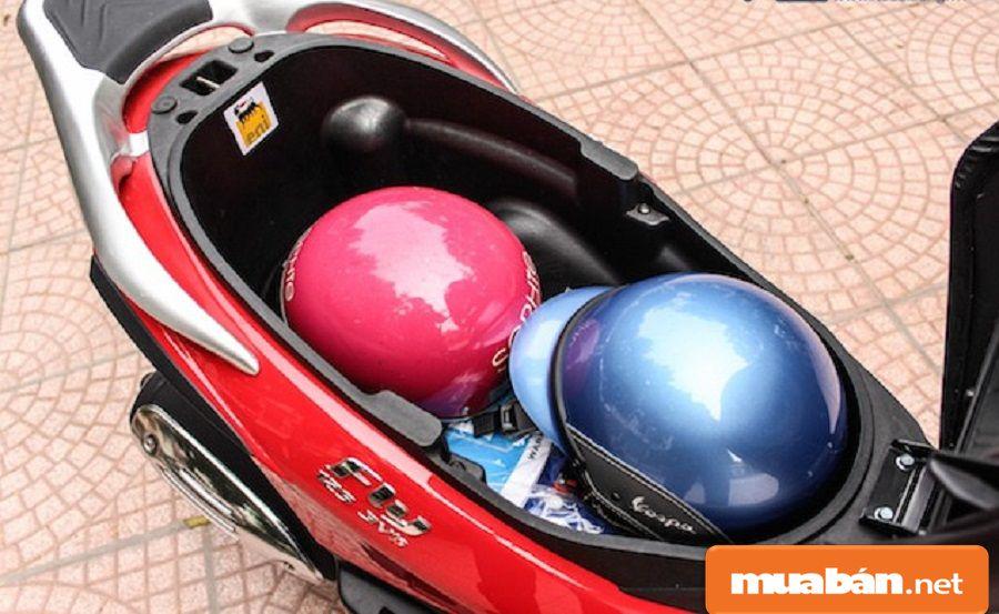 Cốp xe có thể để cùng lúc được 2 mũ bảo hiểm cùng với một số vật dụng cá nhân khác.