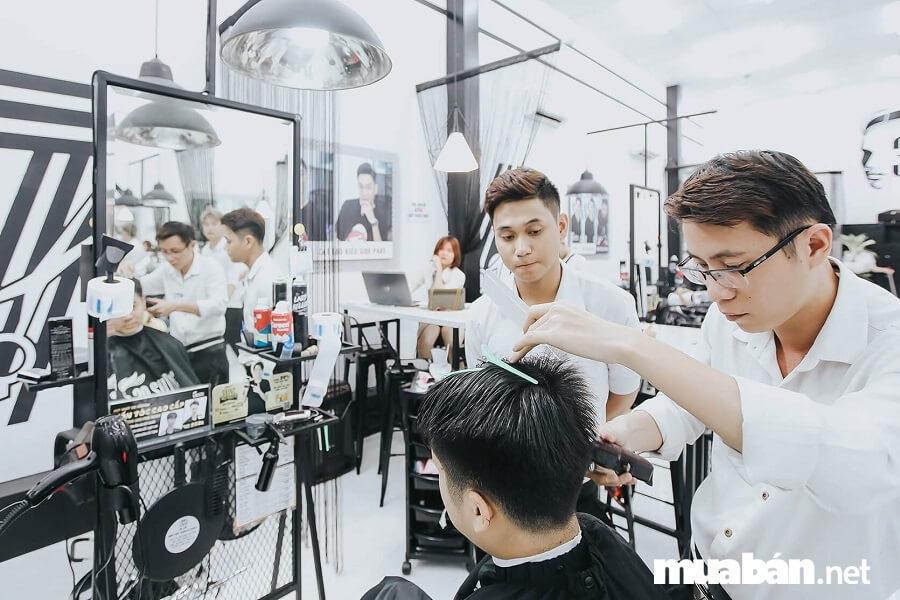 Một trong những yếu tố giúp các chủ salon tuyển được thợ làm tóc giỏi, nhiều kinh nghiệm đó chính là nêu bật chế độ đãi ngộ hấp dẫn khi làm việc tại đơn vị mình.