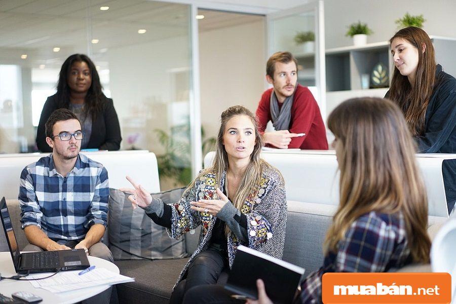 Bạn có thể tận dụng các mối quan hệ của nhân viên để tìm kiếm ứng viên.