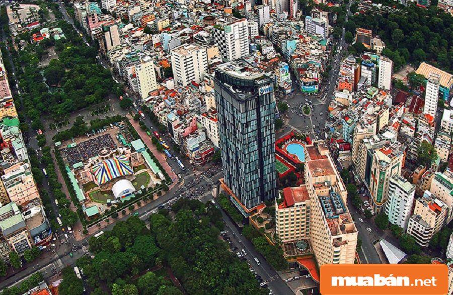 Khuôn viên tòa nhà khá rộng rãi, với hai mặt tiền đắt giá Lê Lai - Nguyễn Thị Nghĩa.