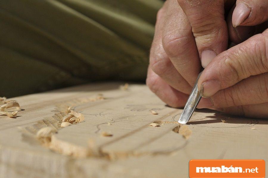 Thợ phải cẩn thận và tỉ mỉ để tạo ra được những sản phẩm đẹp và thu hút khách hàng.
