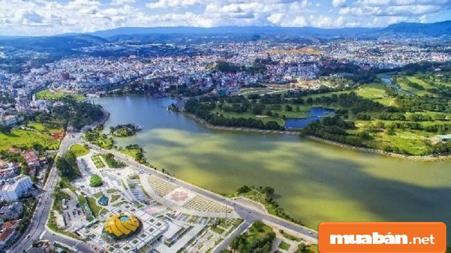 Cơ sở hạ tầng tại Đà Lạt ngày càng được đầu tư và phát triển hoàn thiện.