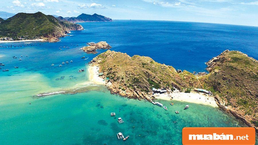 Đây là một trong những vùng duyên hải miền Trung với đường bờ biển dài 134km.