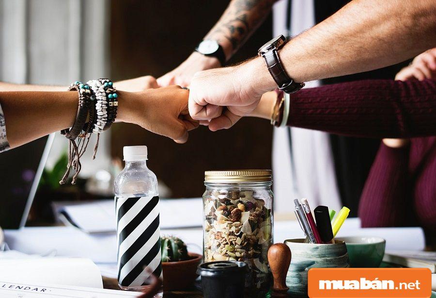 Bạn có thể vận dụng các mối quan hệ bạn bè để nhờ giới thiệu công việc phù hợp cho bạn.