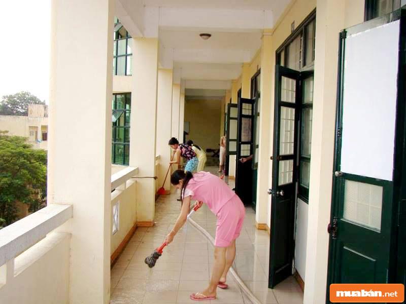 Ở ký túc xá, đòi hỏi chúng ta cần phải có ý thức dọn dẹp, giữ vệ sinh chung