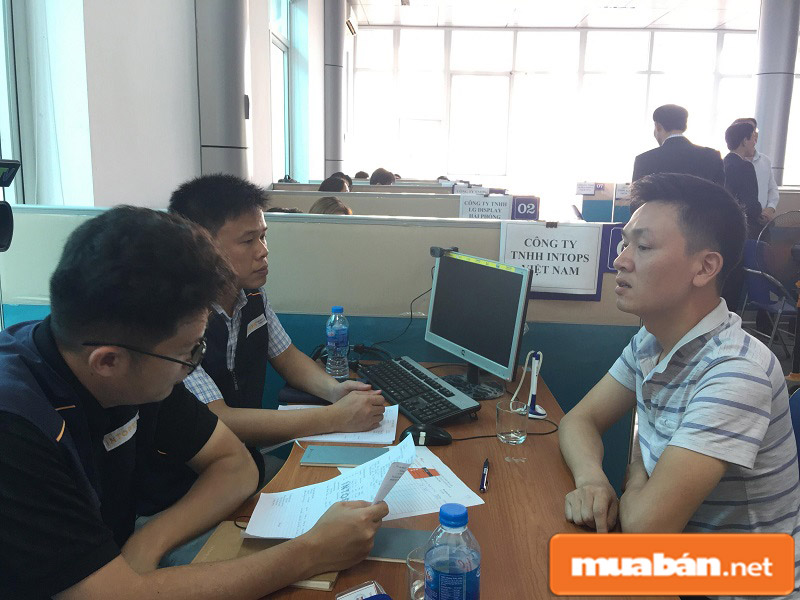 Người lao động trong buổi phỏng vấn trực tiếp với chủ doanh nghiệp