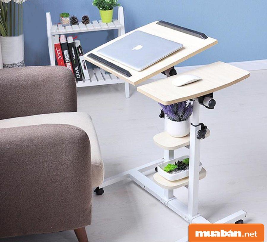 Những chiếc bàn cao có bánh xe di chuyển và có thể điều chỉnh chiều cao khá tiện.