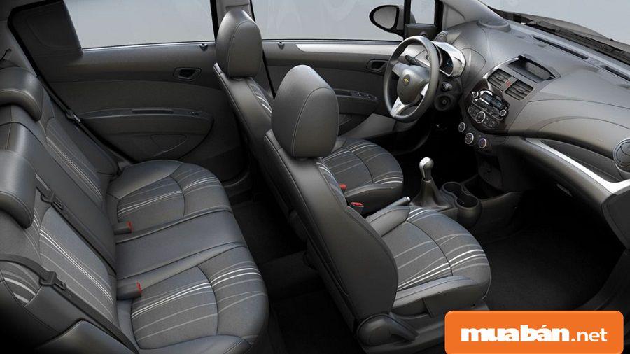 Xe được thiết kế với 5 chỗ ngồi, nội thất có màu ghi sẫm trông khá sang trọng.