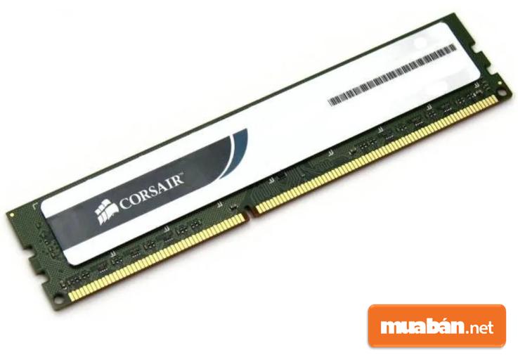 RAM DDR3 4GB của Corsair có phong cách hầm hố, thiết kế lớn.
